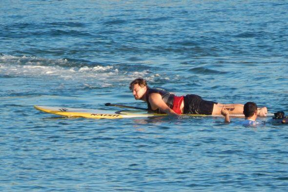 Leo DiCaprio jugando con las olas del mar, disfrutando de las vacaciones...