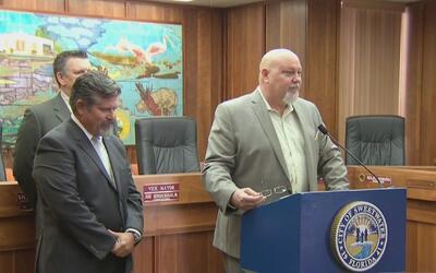 Alcalde de Sweetwater presenta demanda para detener su destitución