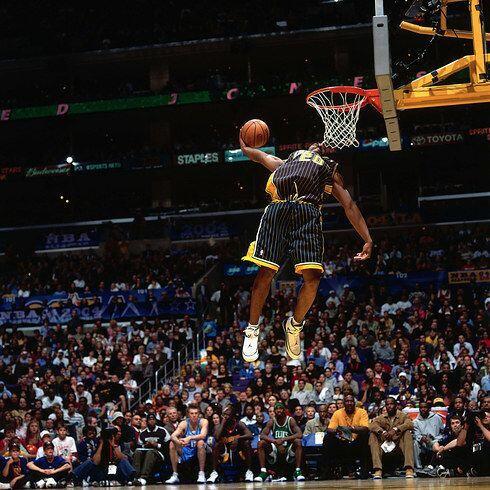 2004 - Fred Jones, de los Pacers de Indiana casi golpea su rostro en la...