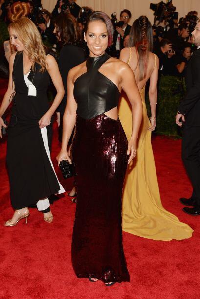 Rockera y muy bella estuvo la cantante, Alicia Keys. Aplaudimos su elecc...