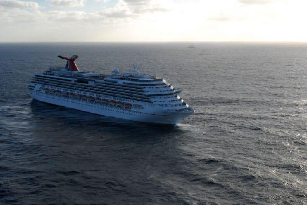 Dos remolcadores jalaban al Carnival Splendor de vuelta a Estados Unidos...