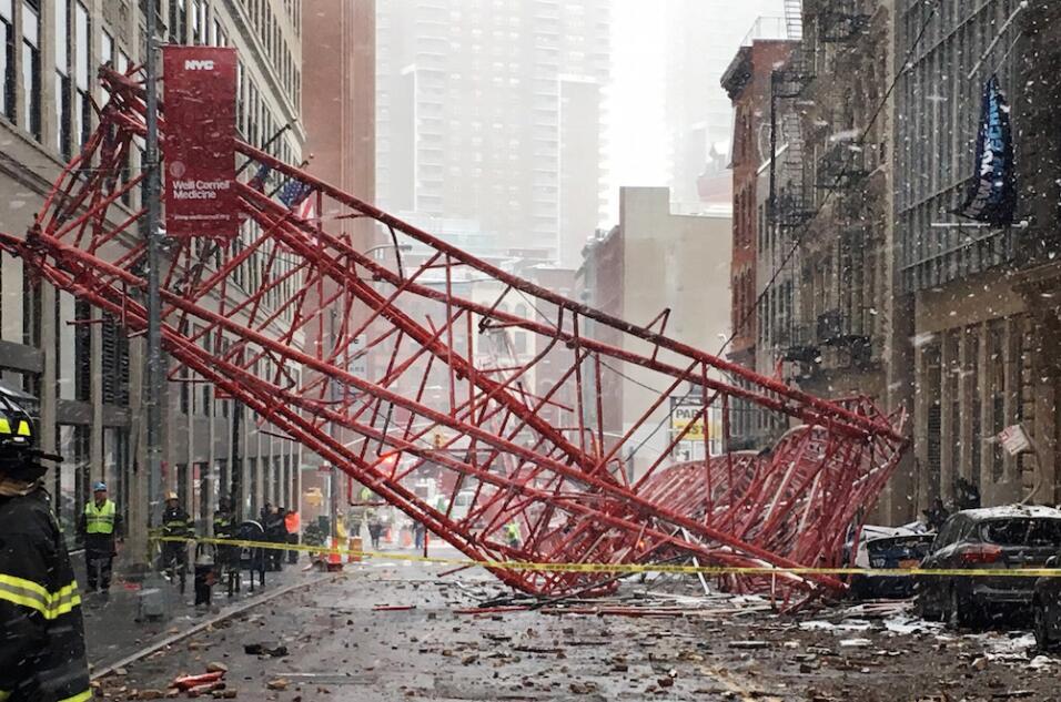 Cae grúa en Manhattan