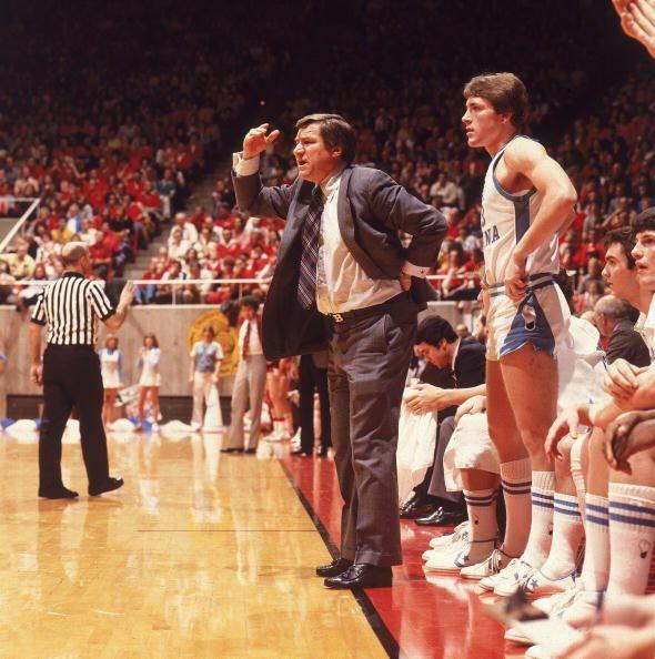 Dean Smith ganó dos campeonatos universitarios con North Carolina...
