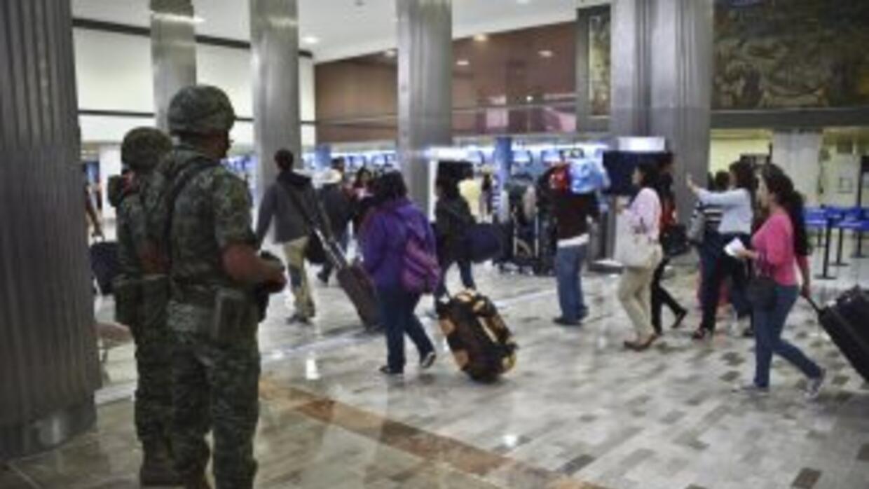 Soldados mexicanos vigilan en el aeropuerto internacional de México