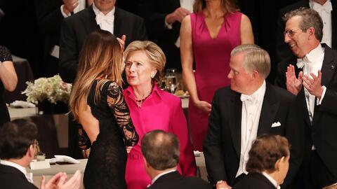 Así lucieron Hillary Clinton y Melania Trump en la tradicional cena del...
