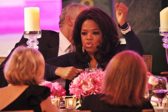 Oprah pasándola bien en una cena.  Mira aquí los videos más chismosos.