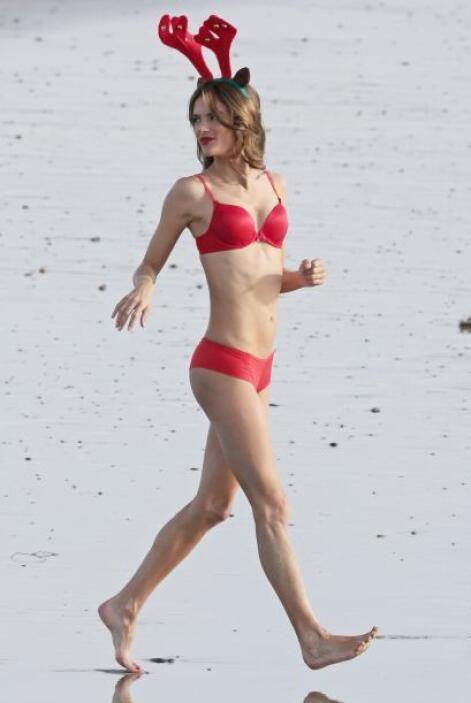 La modelo se estaba divirtiendo a lo grande luciendo su bella figura en...