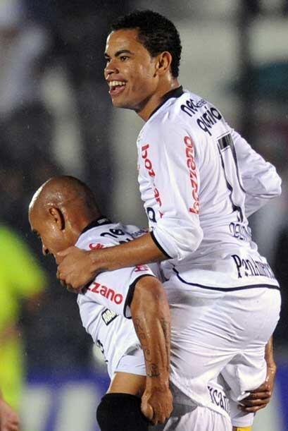 """Dentinho fue al autor de uno de los goles del """"Timao"""", el otro..."""