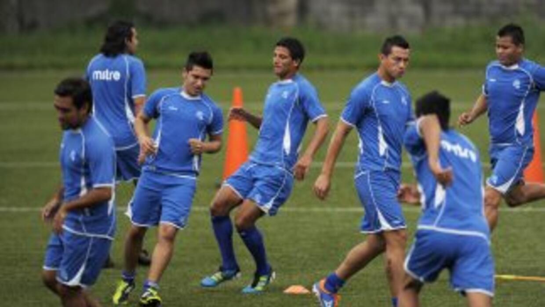 El técnico de El Salvador, el peruano Alberto Castillo, incluyó a siete...