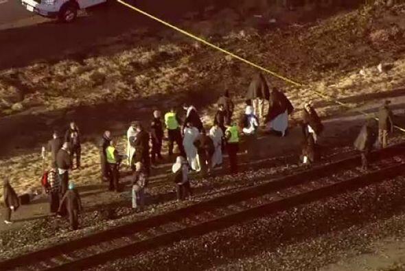El impacto ocasionó el descarrilamiento de varios vagones del tren, los...