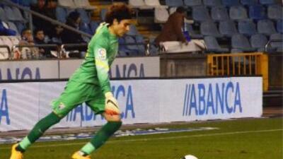 Guillermo Ochoa tuvo un buen partido en su debut con el Málaga.