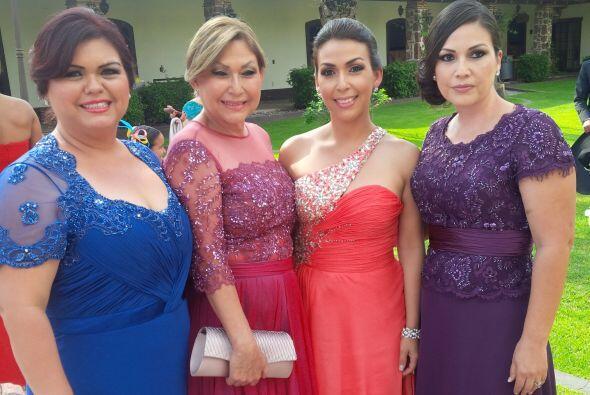 La mamá de Ana Patricia junto con sus otras hijas. Toda la familia lista...