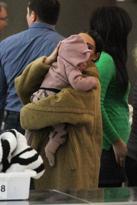 Después de la revisión se hizo cargo de su nena. Mira aquí los videos má...