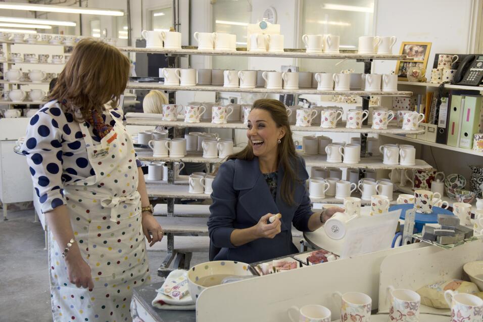 Kate Middleton ayuda a Lindsey Gidman con la decoración de una taza dura...