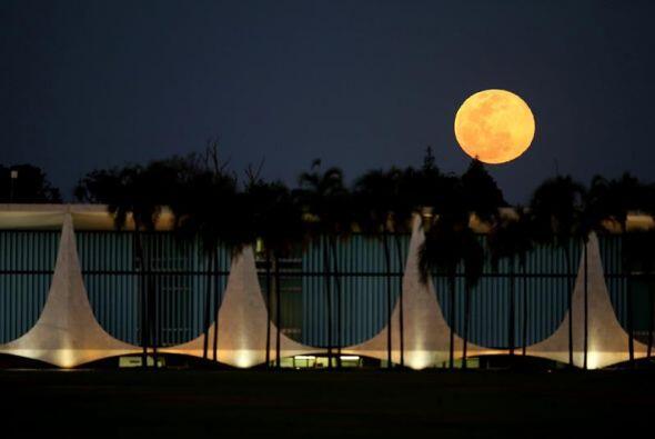 Vista de la superluna desde el Palacio del Alvorada en Brasilia, capital...