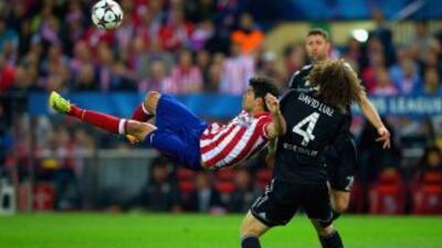 Diego Costa intenta un remate ante la marca de David Luiz.