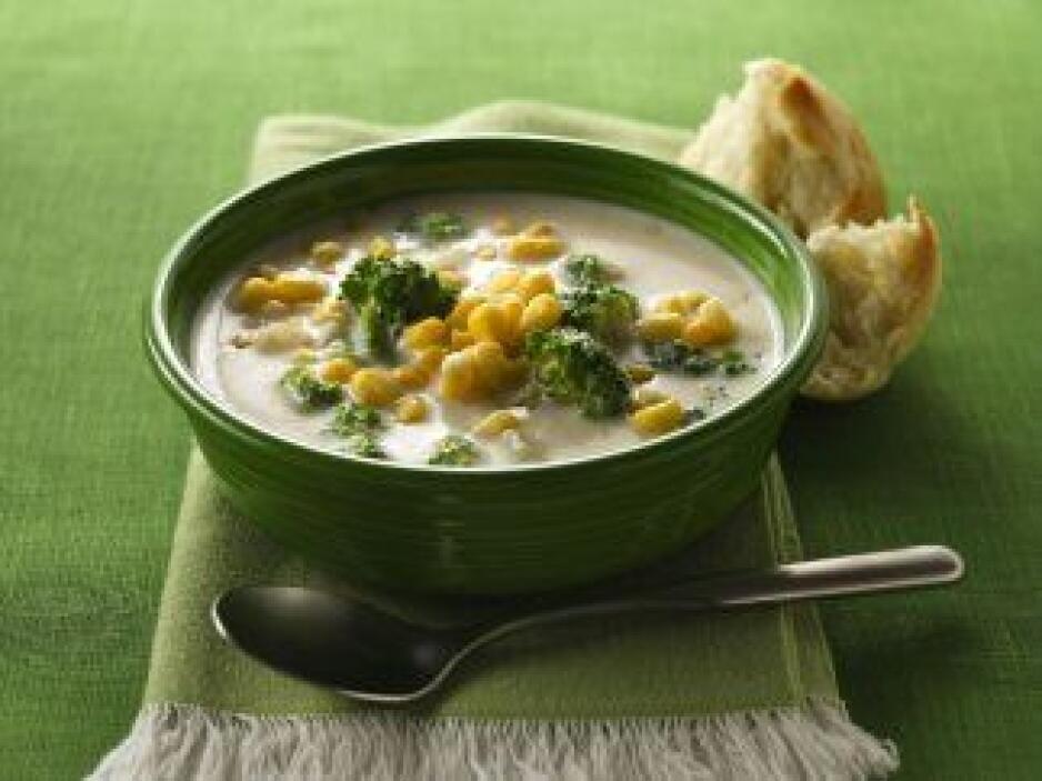 Sopa cremosa de elote y brócoli. La sopa es un acompañamiento perfecto p...