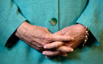 Un detalle de las manos de Hillary Clinton durante un acto de campaña en...