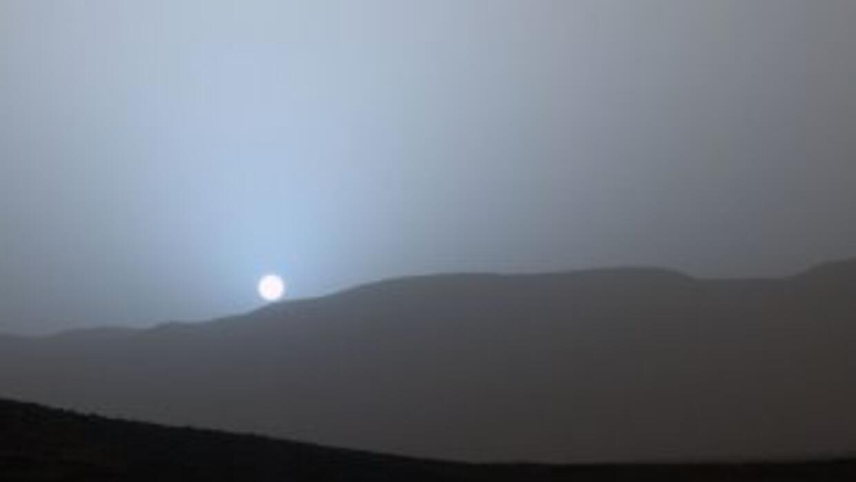 Esta es la impresionante vista de la puesta de sol desde el cráter Gale...