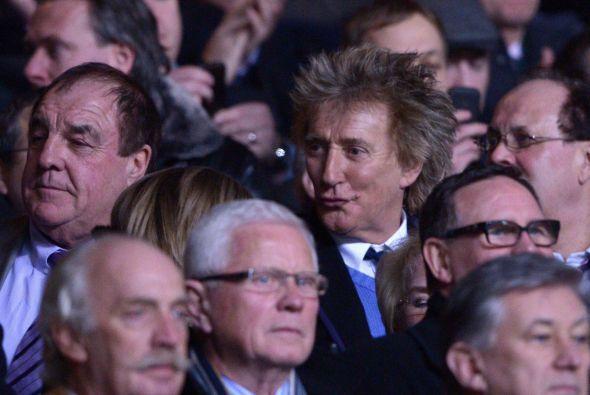 Caras famosas como la de Rod Stewart se veían en las tribunas, esperando...