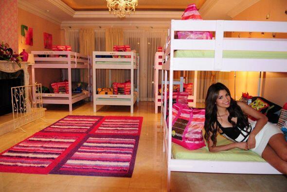 Cada cama tiene muchos regalos. Se ve que quieren consentir a las chicas.