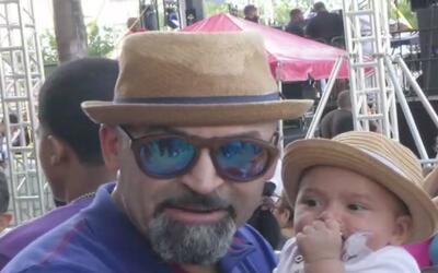 Julio César Sanabria espera junto a su bebé a la delegación boricua