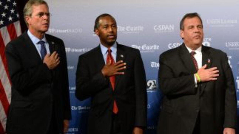 Jeb Bush, Ben Carson y Chris Christie, de izquierda a derecha, en el for...
