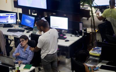 Empleados trabajan en la startup Hotel Urbano en Río de Janeiro.