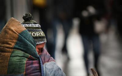 Un desamparado soportando las frías temperaturas de este mes en N...