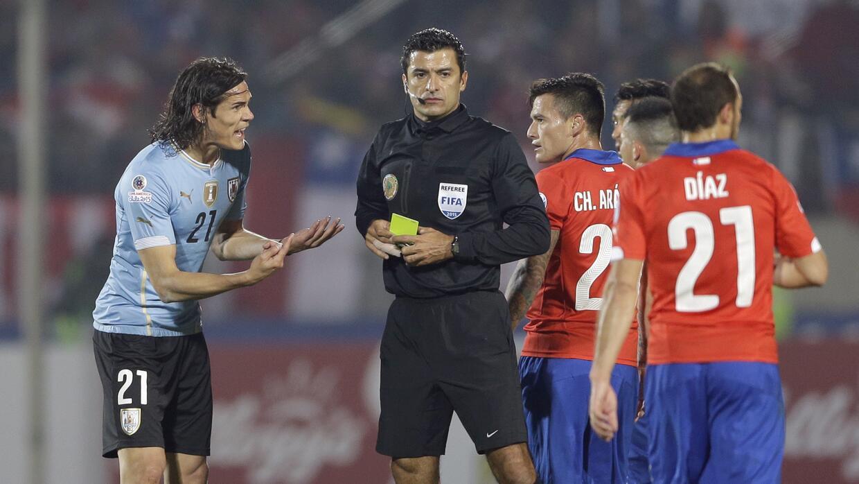 Se acabó la Copa América para el árbitro del Chile vs. Uruguay AP_782902...