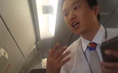 Sacan a un hombre de su asiento en la fila de emergencia de un avión por...