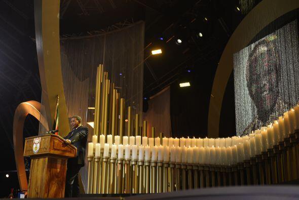 La carpa fue instalada en la finca de Mandela ante unas cinco mil person...