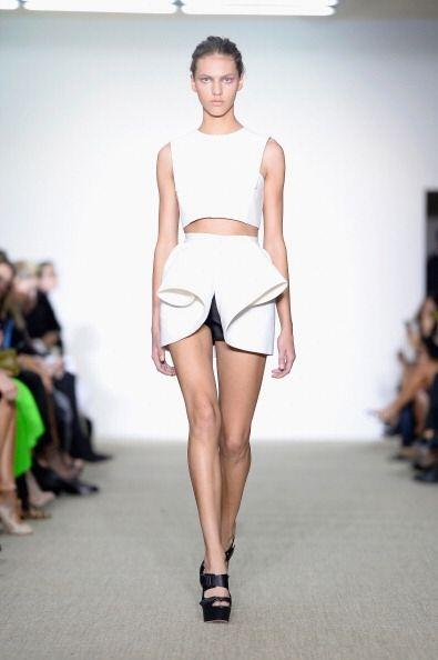 Una minifalda asimétrica o con alguna abertura dará un toq...