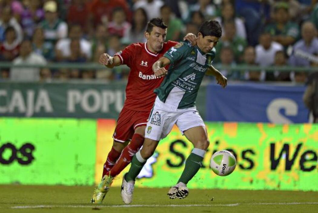 Jonny Magallón (7): Evitó varias veces que los delanteros de Toluca estu...