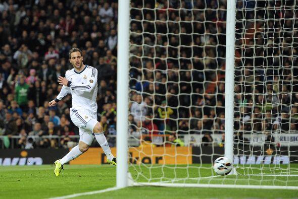 El Madrid reaccionó con un gol de Higuaín tras una buena jugada de Modric.
