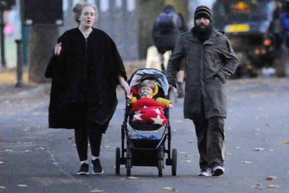 Adele salió muy tapadita - y sin maquillaje - a pasear a su beb&e...