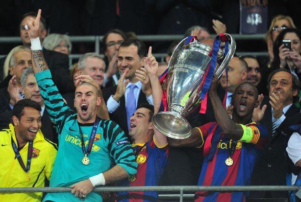El encargado de levantar la Copa fue el francés Abidal, recuperado de un...