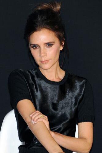 La expresión de seriedad en Victoria Beckham ha de ser por el olor que l...