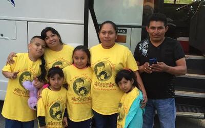 Cónyuges e hijos indocumentados menores de 21 años de residentes legales...