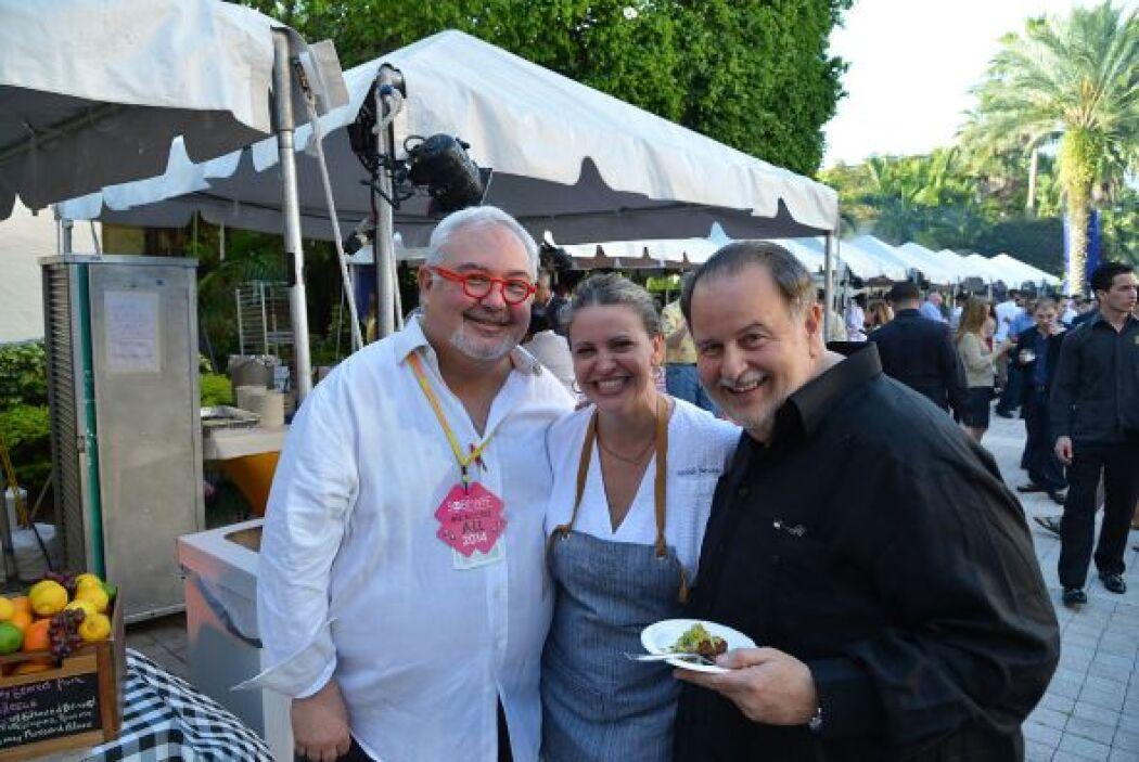 Aquí vemos al conductor con el chef Michelle Bernstein.