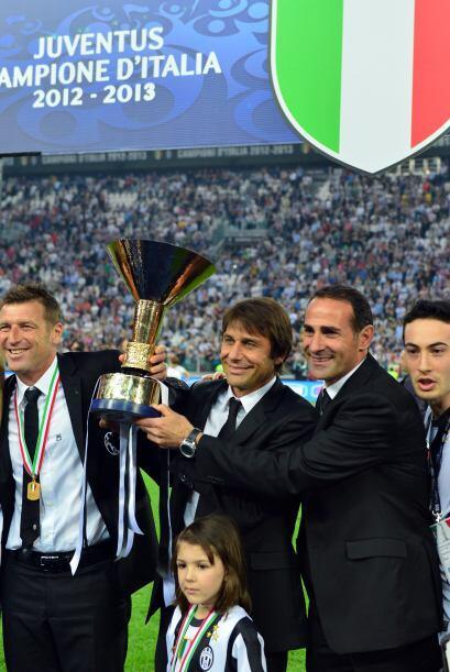 Y luego la celebración. Aquí Antonio Conte con el presidente Andrea Agne...