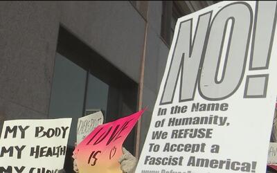 Manifestantes recibieron al Vicepresidente electo Mike Pence en su visit...