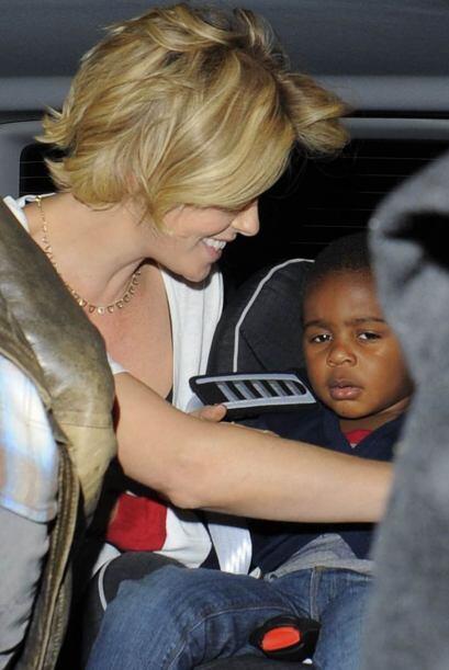 Al final Charlize aseguró bien a Jackson para viajar de nuevo a s...