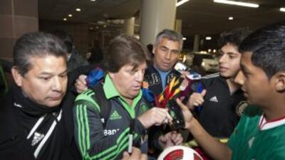Miguel Herrera antendiendo a los aficionados mexicanos en San Antonio.