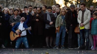 """Un hombre canta """"Hallelujah"""" en la Plaza de la República en París"""