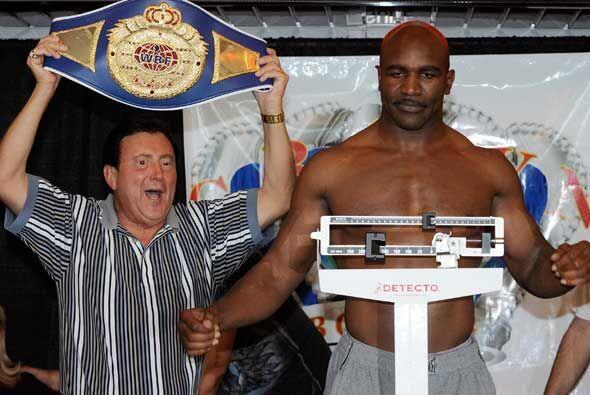 Holyfield, de 47 años, resgistró un pseo de 220 libras.
