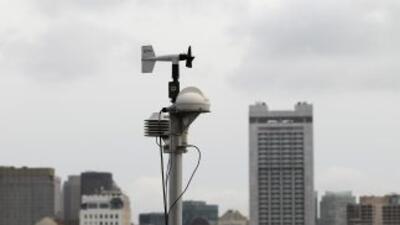 Monitor de radiación RadNet instalado en el techo de un rascacielos en e...