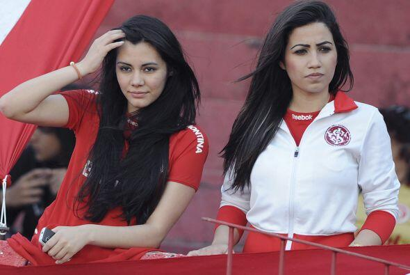 Y las dos ´garotas´ fanas del Inter de Brasil  estaban ahí y el fotógraf...