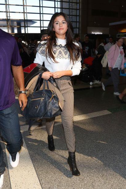O un 'sweater' sencillo y casual como Selena Gomez.