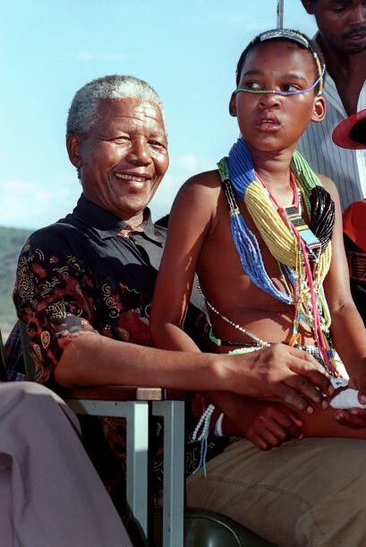 Una joven abrazó y permaneció en el regazo de Mandela cuan...